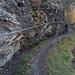 Der Weg entlang der Wasserleite ist zum Teil in die Felsen gehauen und gut gesichert