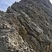 Nach dem Ausstieg aus der IIer-Rinne mit Blick Richtung Gipfel. Der Grat sieht wilder aus als er ist. Es kraxelt sich gut, in meist vernünftigem Fels. Wenns zu steil/ausgesetzt wird, kann man in die geröllige Nordflanke ausweichen, was aber echt nicht immer einfach ist (abschüssige, brüchige Bänder)