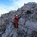 Eine schöne, aber gut ausgesetzte, recht feste Ier-Stelle. Genussgelände pur! Auch hier wäre es möglich 10 Meter weiter oben in schönem IIer-Gelände direkt am Grat zu klettern (ausgesetzt).