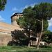Unterwegs in Rom - Blick zur Grenzmauer Italien/Vatikan im Bereich Johannesturm (Torre San Giovanni) und Porta Pertusa. Rechts ist ein Stück der Viale Vaticano zu sehen.