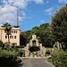 Unterwegs in den Vatikanischen Gärten (Giardini Vaticani) - Am Adlerbrunnen (Fontana dell'Aquilone). Dahinter ist ein Gebäude zu sehen, dass wohl zum Kloster Mater Ecclesiae gehört. Ganz hinten lugt auch das Verwaltungsgebäude von Radio Vatikan mit einem Sendemast ins Bild.