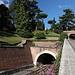 Unterwegs in den Vatikanischen Gärten (Giardini Vaticani) -  Der Bahnhof der Vatikanstadt ist ein Kopfbahnhof, der mit einem Ausziehgleis in einem 97 m langen Tunnel endet. Unmittelbar hinter dem Tunnelportal ist eine Weiche zu erahnen, direkt davor befinden sich zwei weitere.