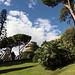 Unterwegs in den Vatikanischen Gärten (Giardini Vaticani) - Blick über parkähnliches Gelände. Hinten ist bereits der Johannesturm (Torre San Giovanni) zu erkennen.