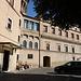 """Unterwegs in den Vatikanischen Gärten (Giardini Vaticani) - Hier unmittelbar neben den Gebäuden, in denen sich offenbar die Verwaltung von Radio Vatikan befindet (aka Villa/Palast Leos XIII). Gemäß IGM-Karte (1:25.000) ist die höchste Stelle des Vatikan unmittelbar südöstlich der Gebäude mit 79 m eingetragen. Hier befindet sich zwar """"künstlich"""" hergestelltes Terrain (Pflaster, nebenan Garten, …). Dass die Auffüllung aber 4 Meter oder mehr beträgt, darf zumindest ein bisschen in Frage gestellt werden. In diesem Fall würde sich hier irgendwo """"natürliches"""" Gelände mit einer größeren Höhe als 75 m verstecken..."""