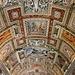 In den Vatikanischen Museen (Musei Vaticani) - Blick auf die mit zahlreichen Deckenmalereien und Ornamenten verzierte Galerie der Landkarten (Galleria delle Carte Geografiche). Die Halle hat offenbar eine Länge von 140 m und gehört sicherlich zu den beeindruckendsten Kunstwerken im Vatikan (zumindest für uns). Die Landkarten befinden sich an den Seitenwänden...