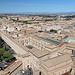 Petersdom (Basilica di San Pietro in Vaticano) - Ausblick von der Kuppel. Ganz vorn ist die Sixtinische Kapelle (Cappella Sistina) zu sehen. Daran schließen sich die Gebäude der Vatikanischen Museen (Musei Vaticani) an. Auch die drei Höfe sind zu erahnen: der Belverderehof (Cortile del Belvedere, vorn/groß), der Bibliothekshof (Cortile della Biblioteca, mittig/eher klein und verdeckt) und der Hof des Pinienzapfens (Cortile della Pigna, hinten), wo auch die große Nische samt Pinienzapfen mit etwas Fantasie zu erahnen ist.