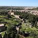"""Petersdom (Basilica di San Pietro in Vaticano) - Ausblick von der Kuppel. Etwas rechts der Bildmitte ist der Adlerbrunnen (Fontana dell'Aquilone) zu erahnen. Daneben folgt Kloster Mater Ecclesiae, und daran schließt sich das Verwaltungsgebäude von Radio Vatikan an, mit dem """"Torre Leonina"""" samt Sendemast."""