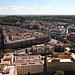 """Petersdom (Basilica di San Pietro in Vaticano) - Ausblick von der Kuppel. Gut zu sehen ist u. a. der Bahnhof Roma San Pietro, wo die kurze """"Strecke"""" bzw. das Anschlussgleis in den Vatikan abzweigt. Gut ist auch das Viadukt zu erkennen, über welches das Gleis wie auch der parallele Fußweg (Passeggiata del Gelsomino) führt."""