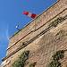 """Unterwegs in Rom - Blick """"nach oben"""" entlang der Mauer an der Bastion am westlichsten """"Zipfel"""" des vatikanischen Territoriums. Dort sind wir am Morgen entlang gewandert und haben über den Heliport [http://www.hikr.org/gallery/photo2797928.html?post_id=137857 aus anderer Perspektive] zum Windsack geschaut."""