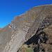 Kettengesicherte Passage durch einen schrofig-felsigen Abgrund im oberen Drittel des Südgrates