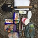 Ausbeute nach gut fünf Minuten Suchen auf den Müllbergen ums Camp: 1 Spaten, 2 Iso-Hocker, 1 Rolle WC-Papier frisch verpackt, diverse Nahrungsmittel (luftdicht & frisch verpackt), Diverses Zeltzubehör, 1 Victorinox-Sackmesser, 1 Küchenmesser, 1 Löffel, Sonnencreme und ein Sonnenbrillen-Etui.