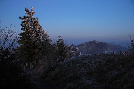Der Abstieg über den obersten Ostgrat von Passwang / Vogelberg mit dem Fost und der Dämmerung war wunderschön. Besonders toll war dabei die Sicht auf den höchsten Baselbieter Hinteri Egg (1169m) und aufs Chellenchöpfli (1156,9m).