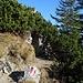 Der Weg führt durch einen kleinen Felsdurchlass