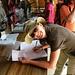 Dalia trägt sich in das Buch ein ähnlich wie ein Hüttenbuch mit Namen, Wohnort, Name vom Lokalen Führer, Alter, Pass Nr. Den ohne Lokalen Führer darf man nicht auf den Kilimanjaro! Zu dem ist die Beauftragung eines Lokalen-Führers sowie die Beschäftigung einheimischer Träger vorgeschrieben. Die Parkgebühr kostete im Jahr 2008 pro Person 650 US$, weitere 170–200 US$ kommen für den Führer und die Träger hinzu. <br />Die Parkgebühr ist an den Gates am Eingang zum Nationalpark zu entrichten.