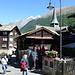 1. Versuch: Start im berühmten Bergdorf Zermatt und gemütlicher Spaziergang inmitten von Touristen vom Bahnhof zur Talstation der Bergbahn nach Furi und Schwarzsee. Am Horizont grüssen Dom und Täschhorn (Foto vom 14.9.2014)