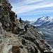 Mit den drei Engländern auf dem untersten Schuttfeld vor der Einstiegsstufe. Noch immer liegt ein weites Panorama vor uns: über dem Gletschervorfeld des Theodul- und über dem Gornergletscher rechts der Monte Rosa, links die Cima di Jazzi