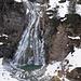 Eccoci alla bellissima cascata... nonostante l'aria sia piuttosto pungente, le temperature non sono ancora così basse da gelare l'acqua..