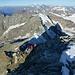 Tiefblick vom Italiener Gipfel über den Liongrat: gegenüber der Dent d'Hérens darüber u.a. Grand Combin, Grandes Jorasses und Mont Blanc