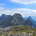 Im Abstieg in den Faludrigasattel dominiert die Steilwand des Weissen Rössles