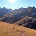 Blick hinauf zu den Fulfirsten und hinüber zum Gamsberg, im Einklang mit der Sonne eine sehr braune Sache.