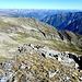 Blick talauswärts aufs Tessiner Gipfelmeer und den lauschigen Gipfelbiwakplatz