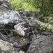 Eine der Felsplatten, die im Auf- und Abstieg zum bzw. vom Sattel überwunden werden müssen. Bei Trockenheit relativ gut machbar, aber bereits geringer Niederschlag sorgt schnell für rutschige Verhältnisse.