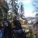 An Felsen und durch Wald geht es nun auf einem Steig...