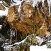 Weiter oben wird das Gully enger und zwei Felsblöcke versperren den Weg. Am Rand kann man aber Eis treten...
