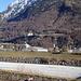 Das geologisch geschulte Auge sieht das schmale Band des Penninikums - alle andern bloss ein Schloss.<br />Das Rinnsal vorn heisst Rhein