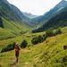 Blick ins Etzlital vom vorder Etzliboden aus. Ganz rechts eine gigantische wbw-Markierung, die unseren Weg zum Bristensee anzeigt. Leider führt eine Hochspannungsleitung mitten durch's Tal. Strom muss halt auch sein...