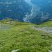 Tiefblick beim Aufstieg zum NW-Grat. Zu Beginn geht es mehrheitlich über steile Wiesen.