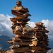 Locker luftig gebaute Steinmänner auf dem Gipfel