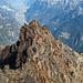Der Aufschwung mit der Schlüsselstelle. Die zwei Berggänger lassen erahnen, dass der Aufstieg auf dieser Seite erstaunlich einfach vonstatten geht.