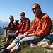 eusi Gspändli, womer per Zuefall ufem Gipfel troffä händ: Paddy, Corinne und dä Chrigi bim habberä ufem windigä Grat