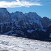 Dunkel stehen die klotzigen Berge Le Rubli und Rocher Plat über Rougemont