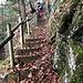 ... und den Felsen entlang auf gut befestigtem Steig