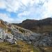 Durch Karstausläufer wandert man an die Steilstufe des Hochkars Obere Schütz heran.
