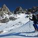 Considerata la situazione di quantità e qualità della neve abbiamo optato per lasciare gli sci al colle anche se mediamente si possono portare (in spalla) fino a quota 3100 circa.