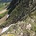 ... Tiefblick zur eben bewältigten Durchstiegsrinne (nach der Querung vom hinteren bis zum vorderen Altschneefeld; danach die Rinne selbst nicht einsehbar) ...
