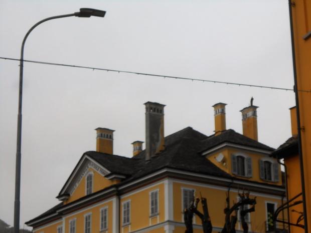 """I lunghi camini, caratteristica di Craveggia.<br />I camini erano, in antichità, segno di ricchezza. Le famiglie borghesi facevano """"a gara"""" per costruirne sempre di più alti e numerosi sopra i tetti di sasso dello loro case."""