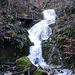 Wasserfall und links der Wanderweg