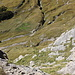 Im Aufstieg zum Monte Gorzano - Tiefblick entlang der steilen Abbrüche, Costa delle Troie, ins südwestlich gelegene Tal. Dort wird später unser Rückweg entlangführen. Links unterhalb der Bildmitte ist auch die kleine Brücke zu erahnen.