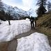 Auf der Alpe Piòta. Hier nach links wäre es durch ein mit Schnee gefülltes Tobel hinunter gegangen. Wir entschieden uns deswegen für den Fahrweg.