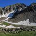 Blick auf den Schutthang zum Lavender Col, und den Gipfel des Mount Sneffels. Vom Gipfel zieht sich ein zumt Teil schneegefülltes Couloir herunter zum Lavender Col. Dort gehts lang.<br />Der linke Grat kommt vom Blue Lakes Pass, und soll auch machbar sein, etwas schwieriger als unsere Normalroute