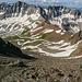 Blick vom Lavender Col den Schutthang hinunter. Mit Zoom sieht man zwei Zwerge im Aufstieg. Der braune Pass mit den 4 (oder so) Schneeflecken ist der Blue Lake Pass, über den man zu den Blue Lakes absteigen kann - eine alternative aber längere Aufstiegsroute.
