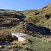 Im Abstieg vom Monte Gorzano - Rückblick über die kleine Brücke. Durch die wellige Landschaft im Hintergrund sind wir zuvor abgestiegen. In Anbetracht der fortgeschrittenen Zeit verzichten wir auf den Weg durch das Valle delle Cento Cascate entlang des Fosso dell'Acero. Vielmehr nehmen wir den breiten Weg, der uns bald wieder auf die vom Aufstieg bekannte Route führen soll.