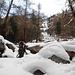 Risalendo il torrente ghiacciato per raggiungere l'attacco della Seiler