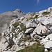 Im Abstieg vom Monte Camicia - Rückblick, vorbei an einer Farbmarkierung. Hinten lugt auch noch der Gipfel-Aufbau hervor.