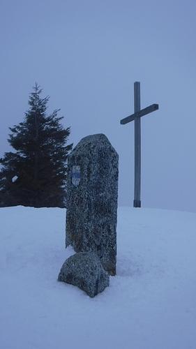 Ein Bild, das Schnee, draußen, Baum, Himmel enthält.  Automatisch generierte Beschreibung