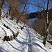 <b>La mulattiera che conduce ad Erbonne presenta una traccia ben incisa, tuttavia la neve è gelata e insidiosa: nei tratti ripidi sono molto utili i bastoncini.</b>